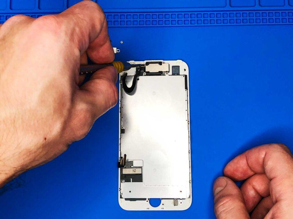откручивание пластины верхнего шлейфа IPhone