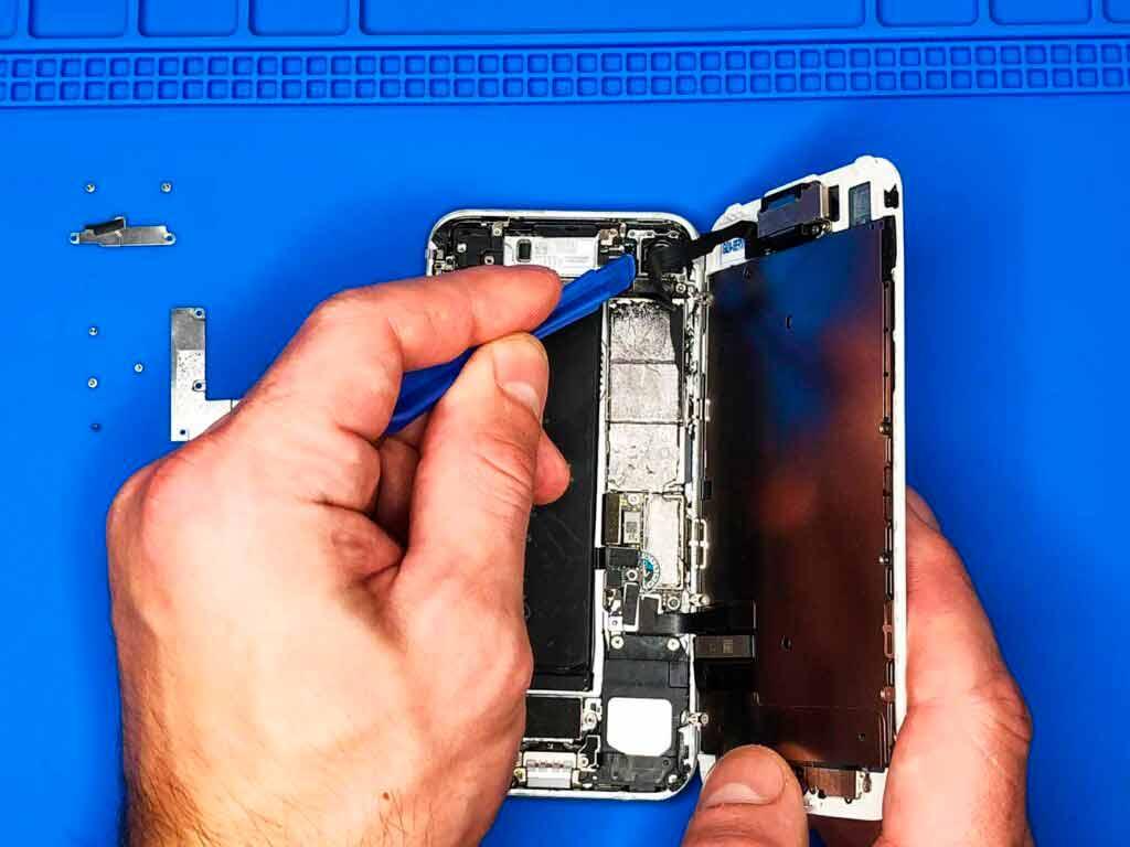 отсоединение верхнего шлейфа iphone 7