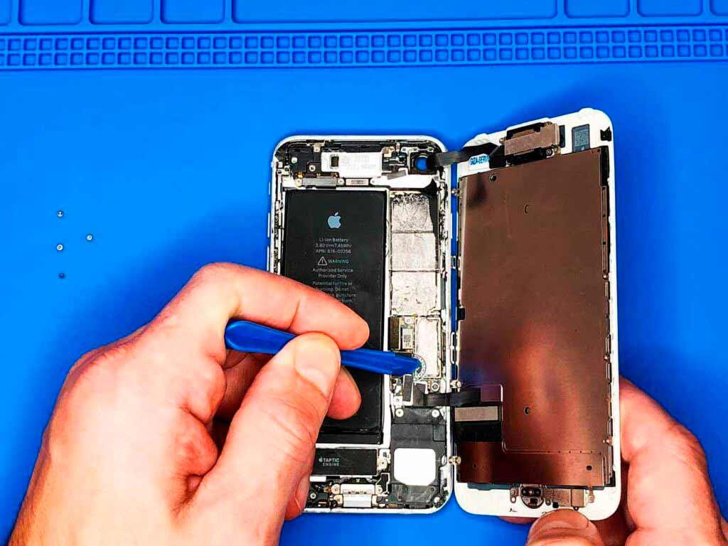 Отсоединяем шлейфы IPhone 7