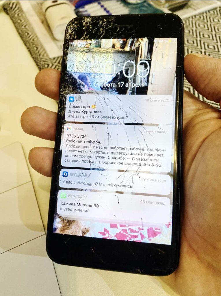 Разбитый IPhone 7 Plus на ремонте