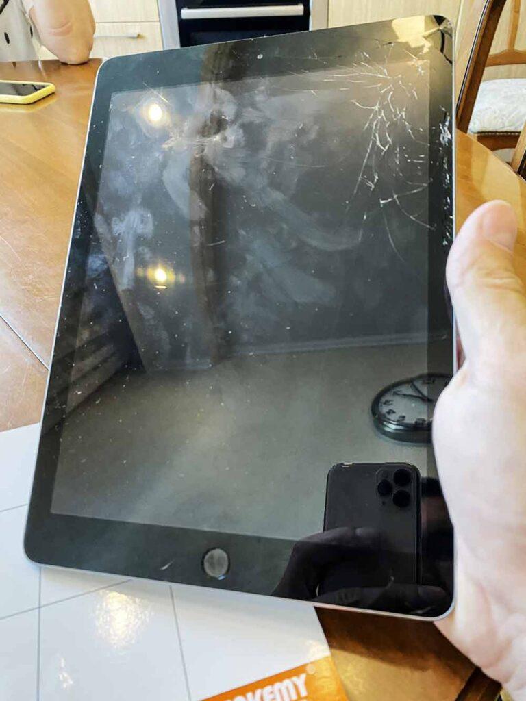 Разбитое стекло Ipad в углу