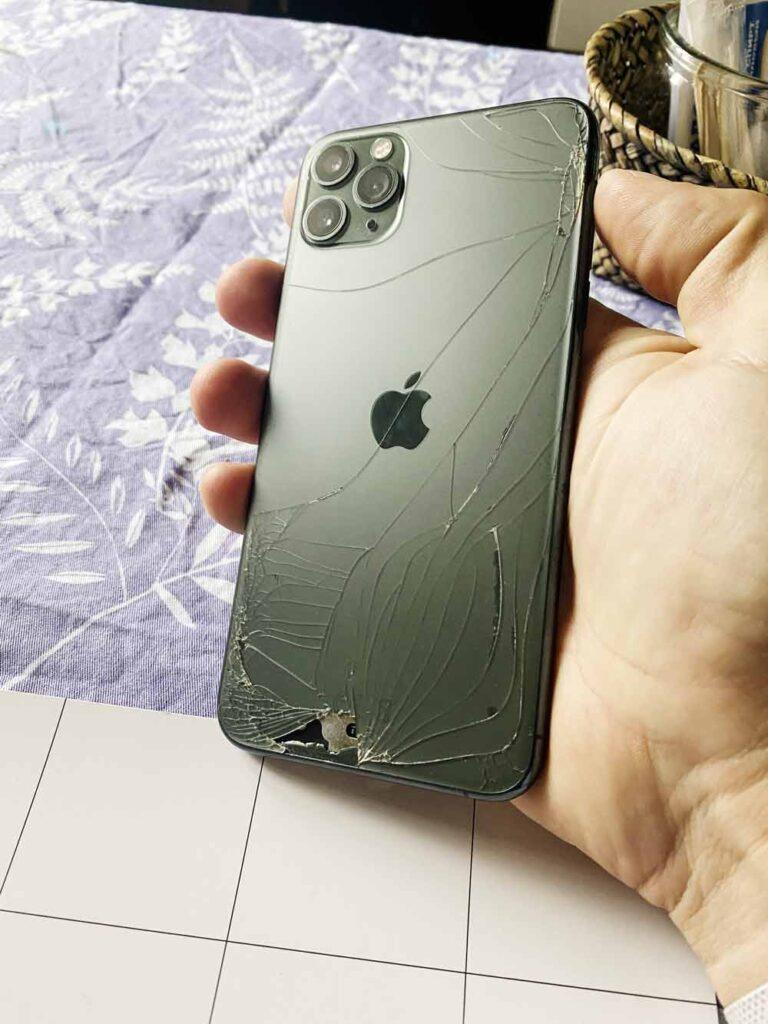 Разбитое-заднее стекло IPhone 11 Pro